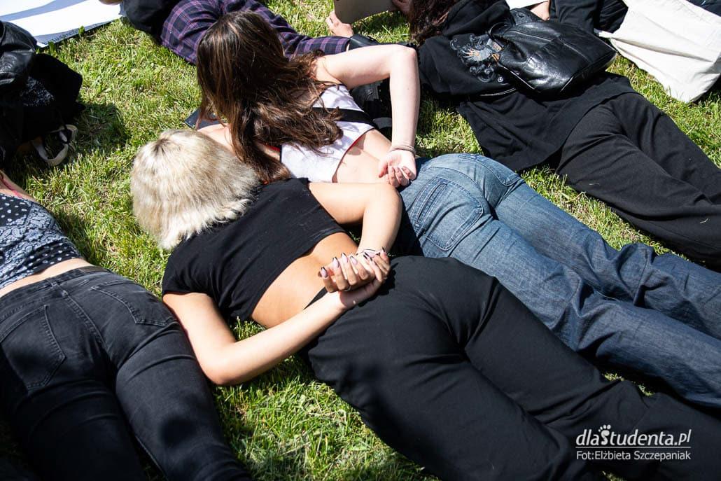 Leżenie na ziemi przez 9 minut w ramach protestu Black Lives Matter w Warszawie w 2020 r.