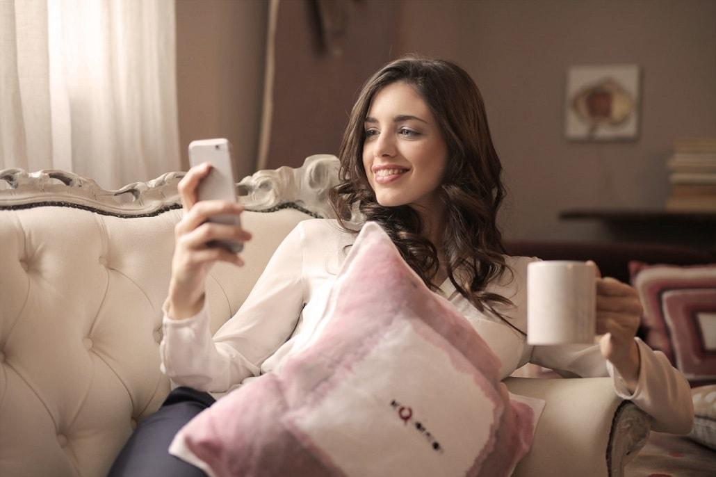 Dziewczyna w łózku z telefonem