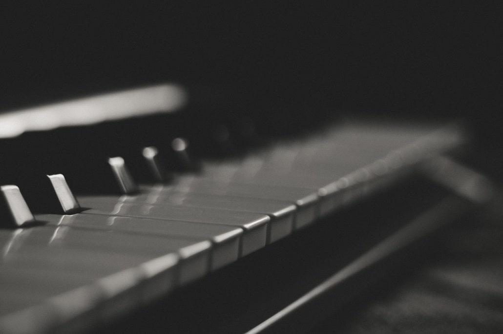 Klawisze pianina, zdjęcie czarno-białe, balck and white