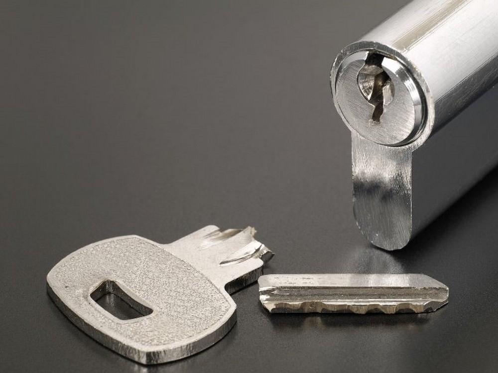 złamany klucz w zamku