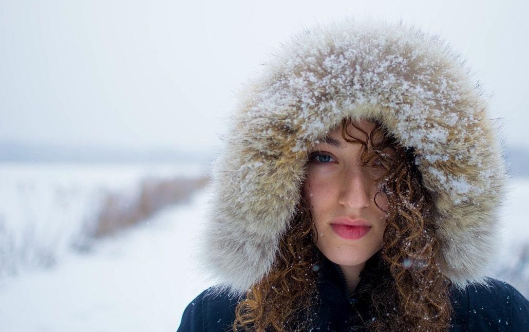 Dziewczyna w śnieżnym krajobrazie