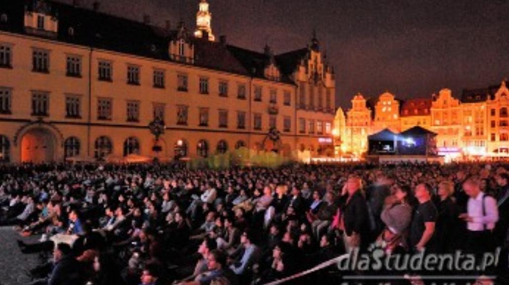 Wrocławianie oglądają filmy na Rynku [ZDJĘCIA]