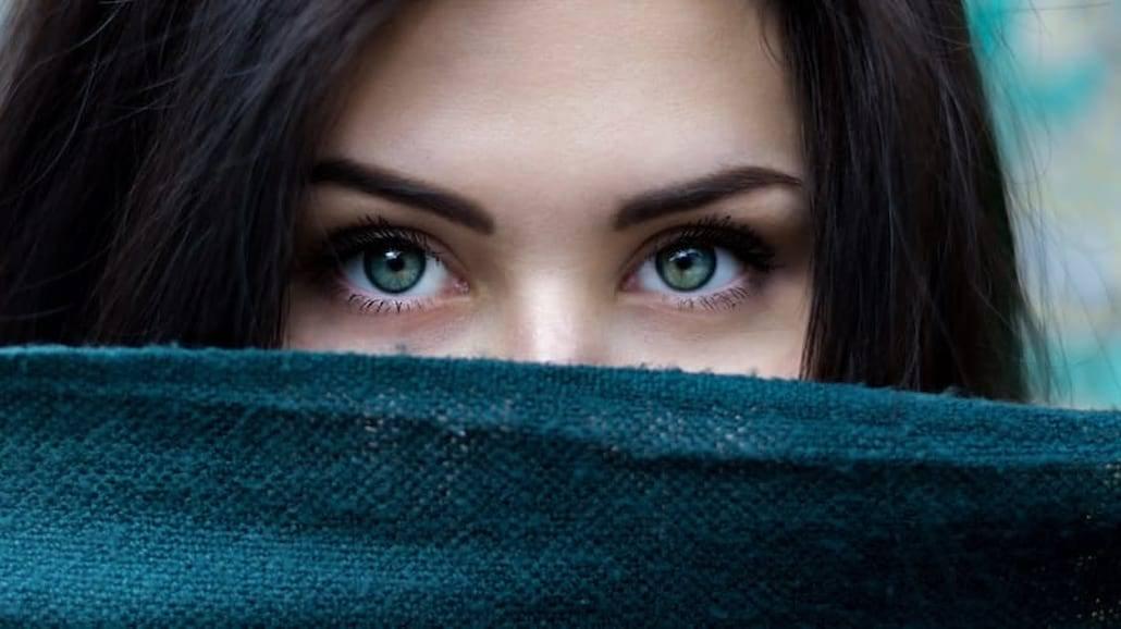Chcesz się spotykać z typem samotniczki? Musisz o niej coś wiedzieć