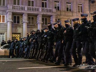 Policja komentuje sprawę pobicia protestującej kobiety w Głogowie - Głogów, protest, antymaseczkowcy, Polaku dawaj z nami, pobicie, policja