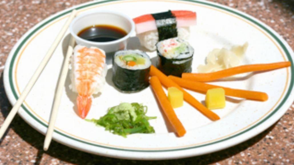 Sushi lub pasta ze szpinakiem