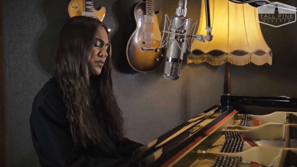 """Alicja Szemplińska w akustycznej wersji singla """"Pusto"""" [WIDEO] - piosenka, singiel, live, 2021, Raw Audio, Tall Pine Records"""