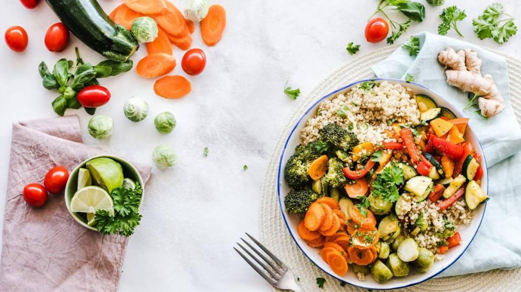 Pomysły na lekkie dania latem - co jeść w upalne dni?