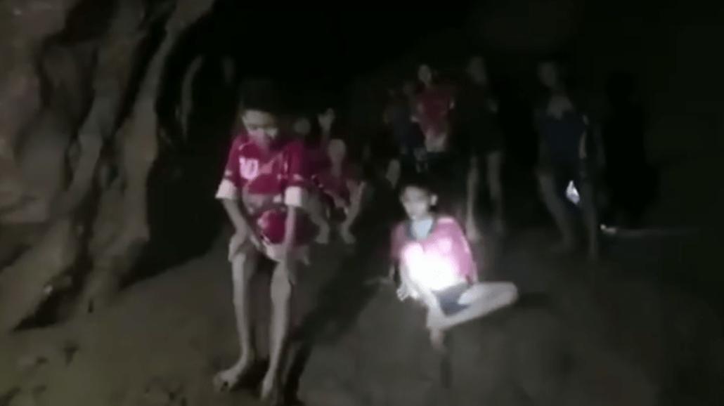 Zaginieni chłopcy odnalezieni po 10 dniach poszukiwań! Zoabczcie nagranie z jaskini [WIDEO]