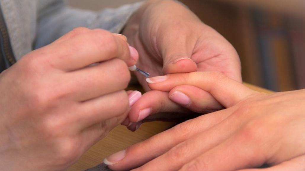 Co zrobić, żeby lakier do paznokci szybciej wysechł?