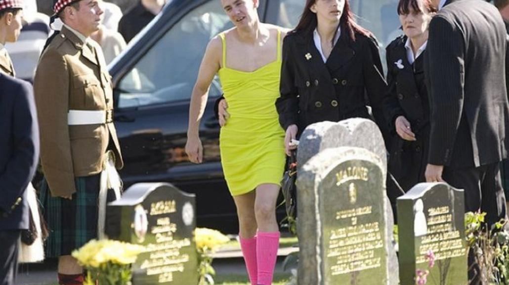 Przyszedł na pogrzeb w sukience. Zanim ocenisz - dowiedz się dlaczego