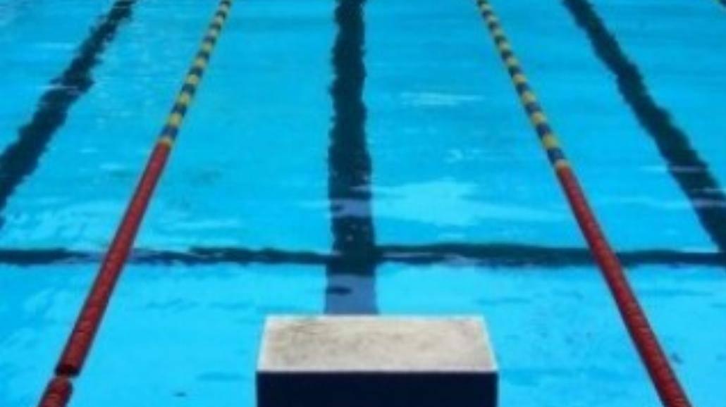 Student po trudnych chwilach wraca do pływania