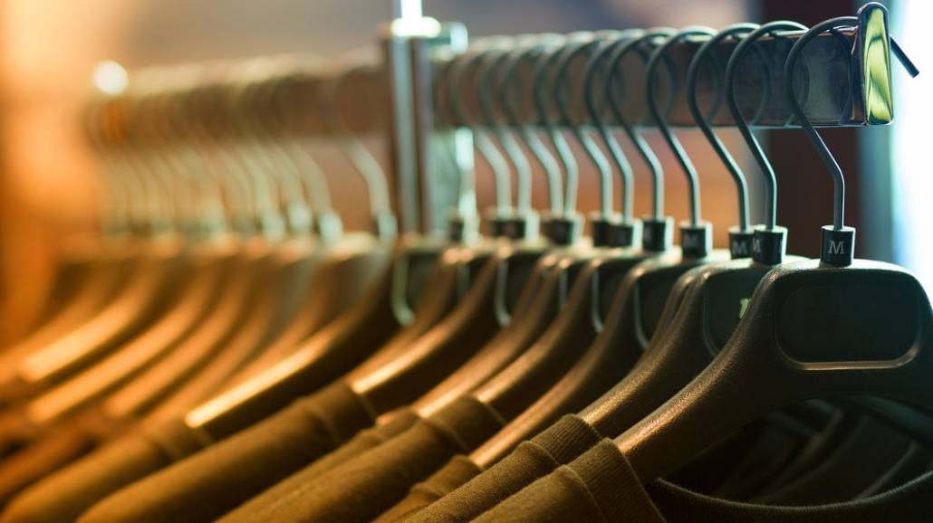 """Self Storage moÅźe być idealnym miejsce do przechowywania ubraÅ"""", ktÃłrych aktualnie nie nosimy."""
