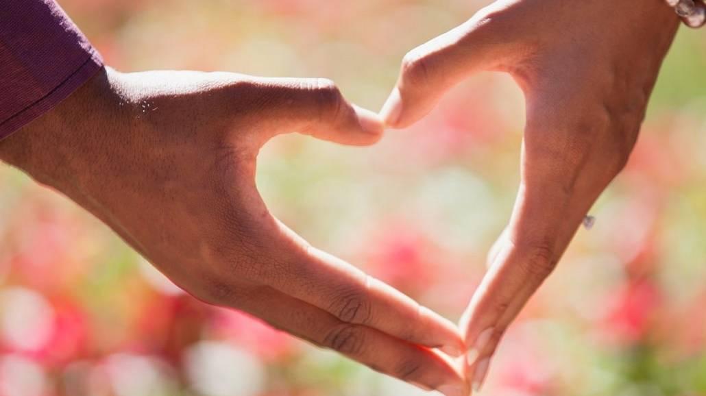 Kształt serca stworzony z dłoni