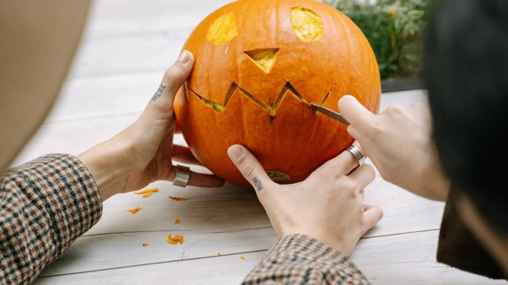 Halloween bez wychodzenia z domu. 7 pomysłów na zabawę w małym gronie