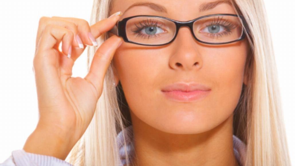 Soczewka kontaktowa na jedno oko - czy to możliwe?