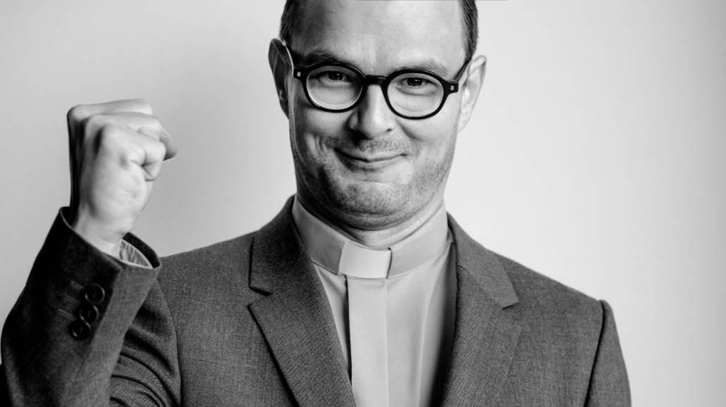 Dawid Ogrodnik jako ksiądz Kaczkowski