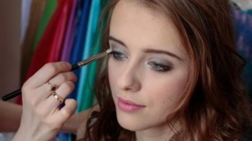 Jak zrobić makijaż smoky eyes? [MAKIJAŻ KROK PO KROKU]