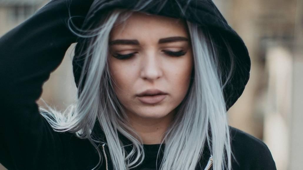 Siwe włosy dziewczyna