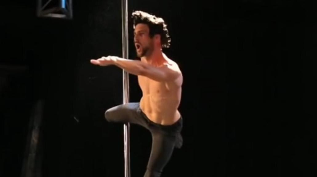 Niesamowite! Męski taniec na rurze
