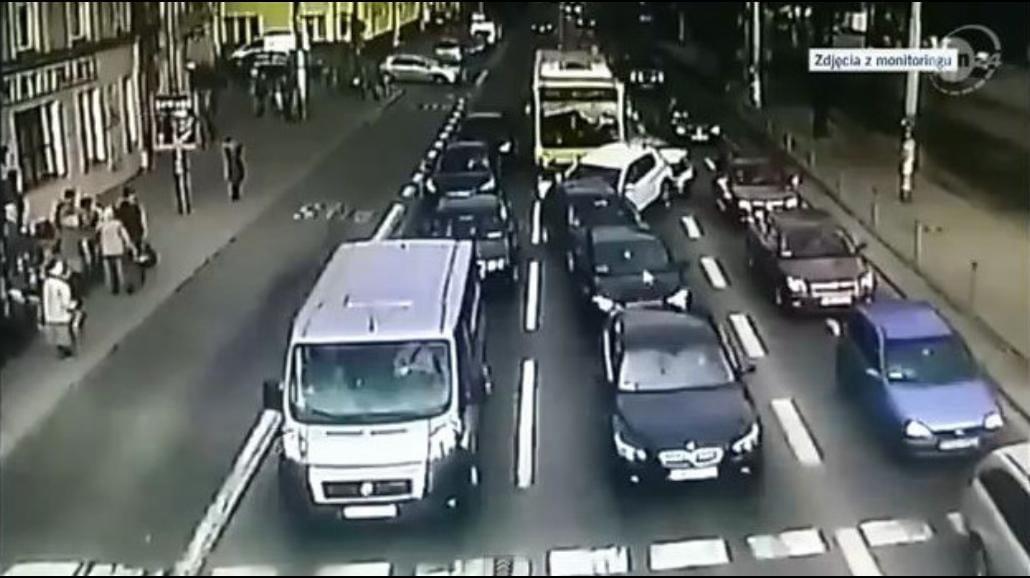 Wrocław: Autobus taranuje samochody [WIDEO]