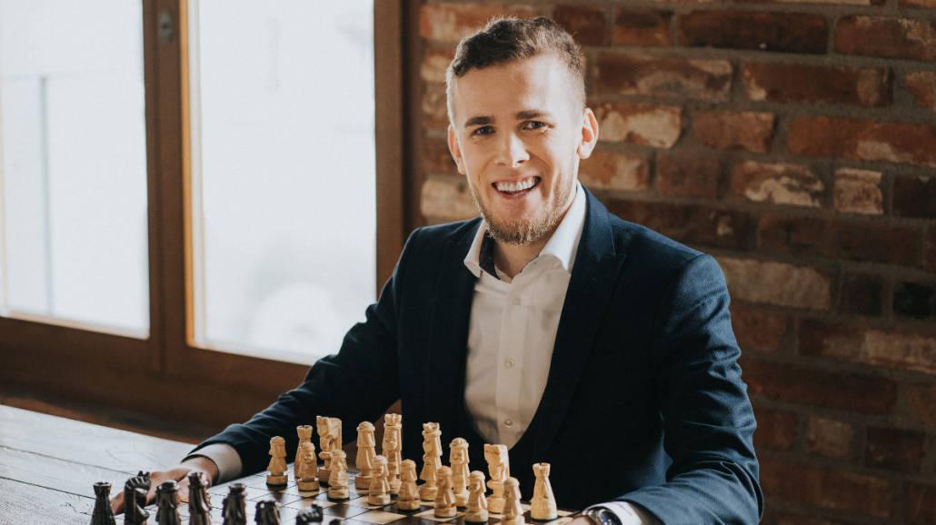 """""""Gambit królowej"""" i szachy jako sposób myślenia w rozmowie z Michałem Kanarkiewiczem"""