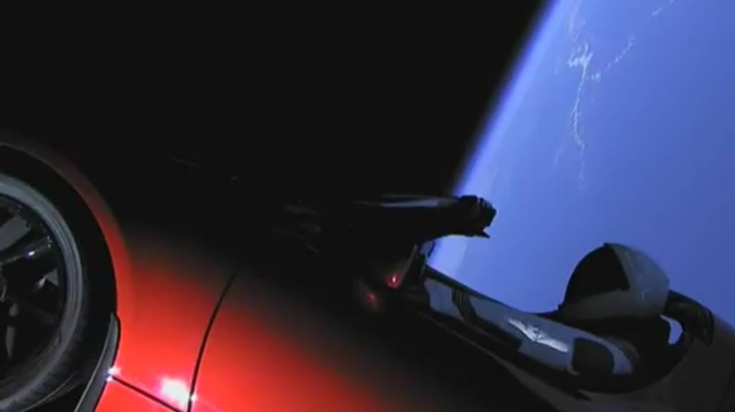 Pierwsze auto poleciaÅ'o w kosmos! Miliarder wysÅ'aÅ' TeslÄ™ w dalekÄ… podrÃłÅź [WIDEO]