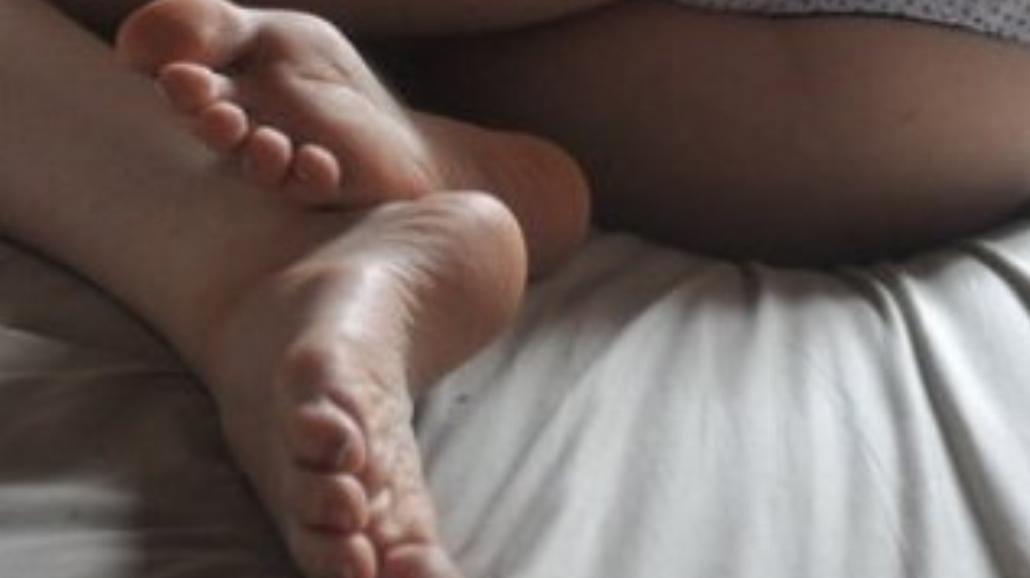 Atakuje kobiety i ssie stopy. Ściga go policja