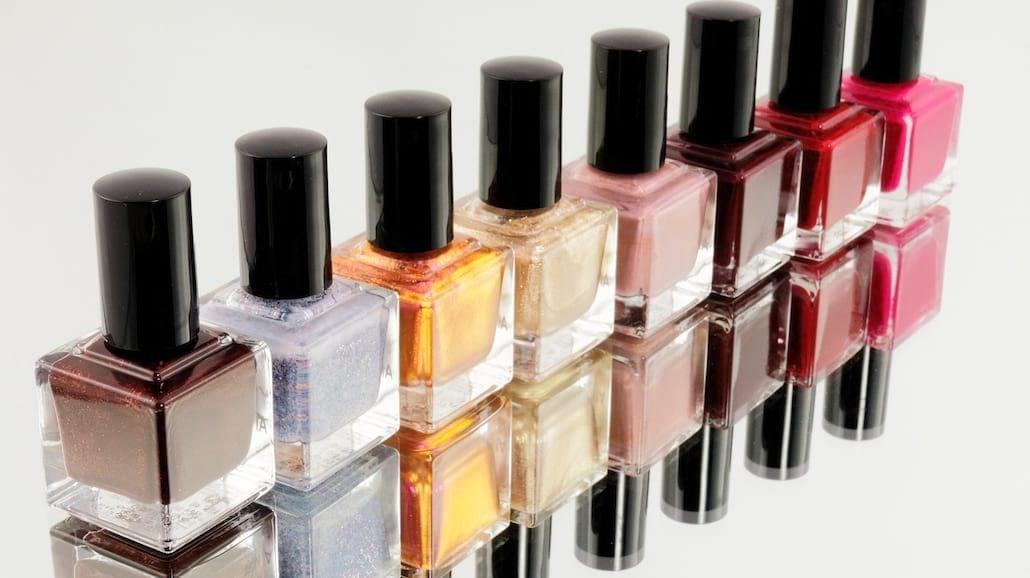 Lakier przebarwił twoje paznokcie? Sprawdź jak przywrócić im zdrowy kolor!
