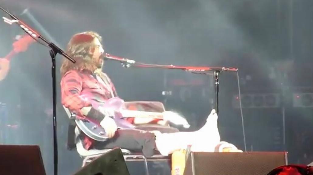Dave Grohl spadł ze sceny. Ma złamaną nogę [WIDEO]