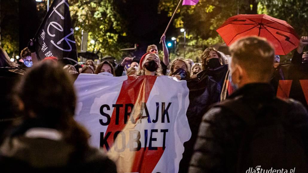 Protesty w Warszawie w sprawie zakazu aborcji w Polsce [ZDJĘCIA] - protest, strajk kobiet, Trybunał Konstytucyjny, aborcja, Warszawa, 2020, zamieszki, zdjęcia