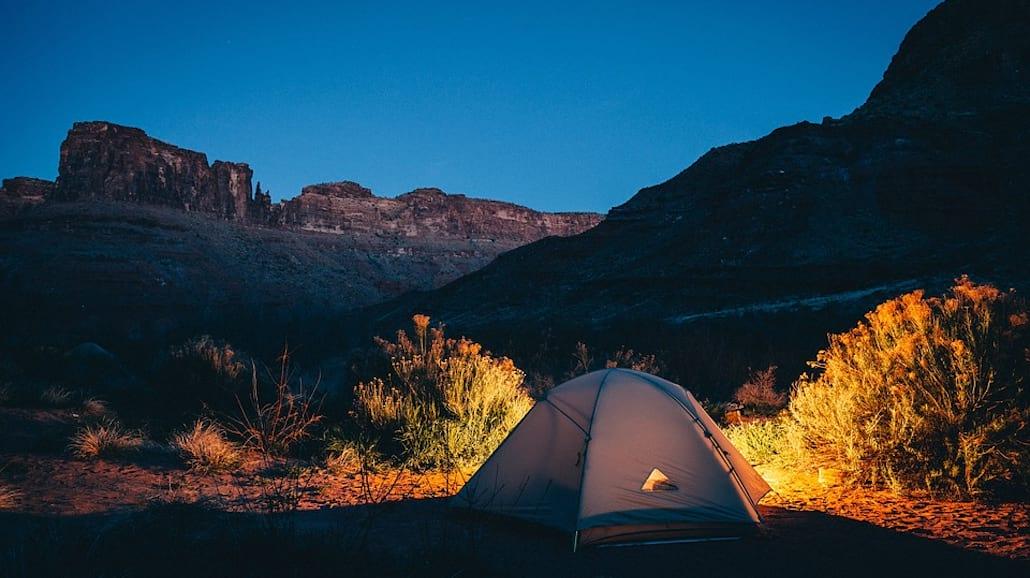 co wziąć pod namiot
