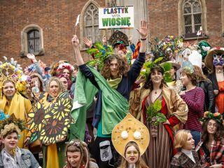 """Uczniowie wrocławskiego """"Plastyka"""" przywitali wiosnę [FOTO] - korowód, pochód, plastyl. pręgierz"""