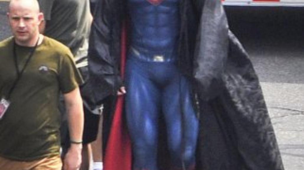 Henry Cavill pręży mięśnie w stroju Supermana