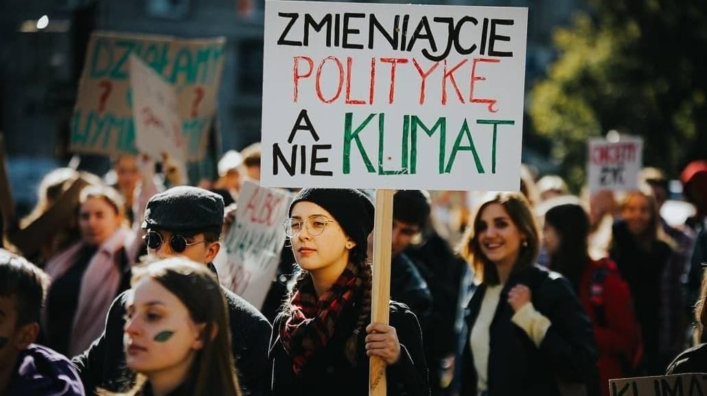 Młodzi protestujący przeciwko zmianom klimatu