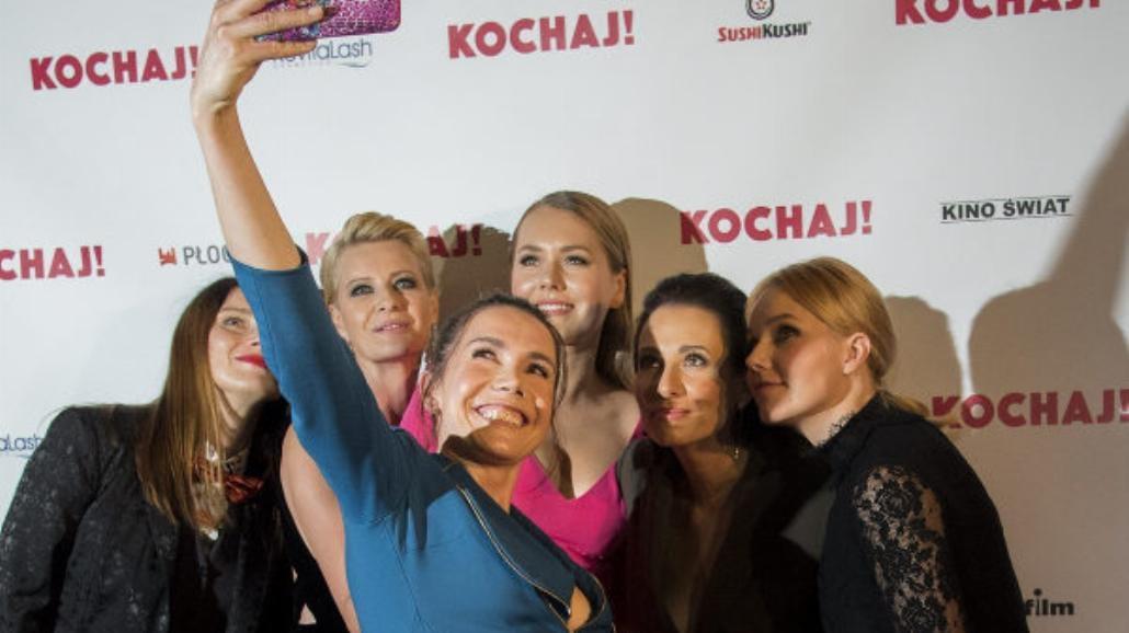 """Aktorki z głębokimi dekoltami na premierze """"Kochaj"""" [FOTO]"""