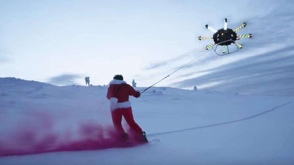 Przebrany za Mikołaja poleciał na dronie! Filmik bije rekordy na świecie [WIDEO]