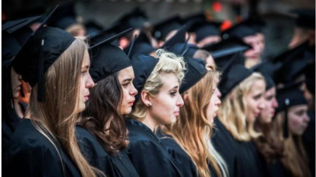 Badanie: Ukończenie studiów nie czyni nas szczęśliwszymi ludźmi