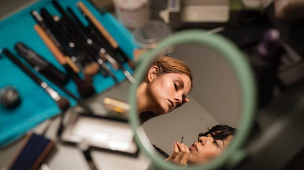 Trendy makijażowe na lato 2021 - jakie kosmetyki warto kupić?