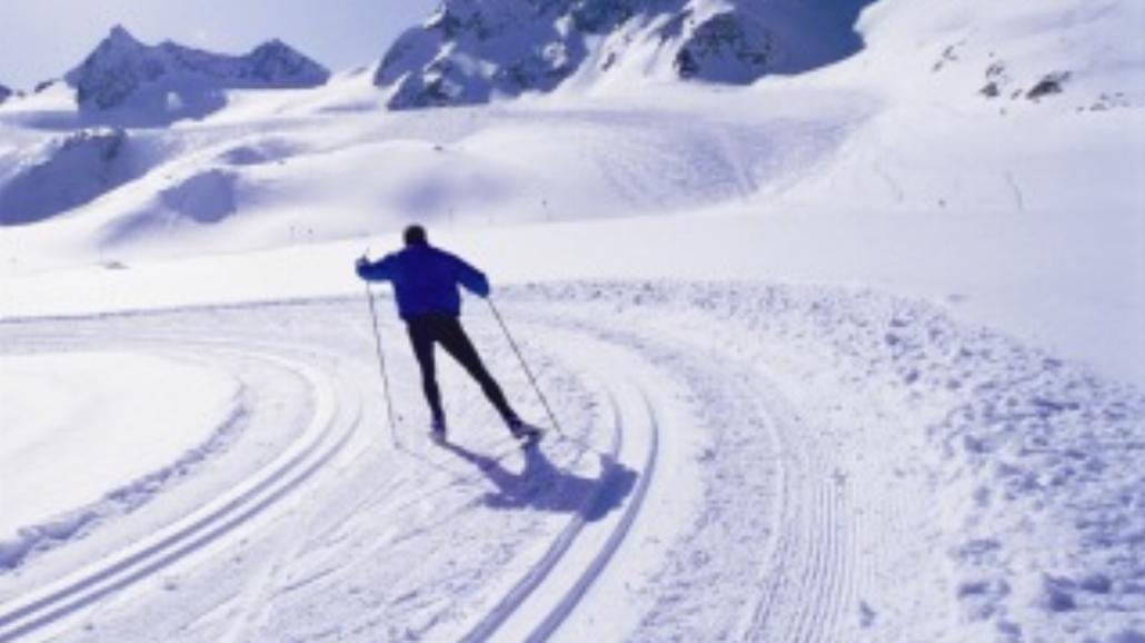 Jazda na nartach w samym t-shircie