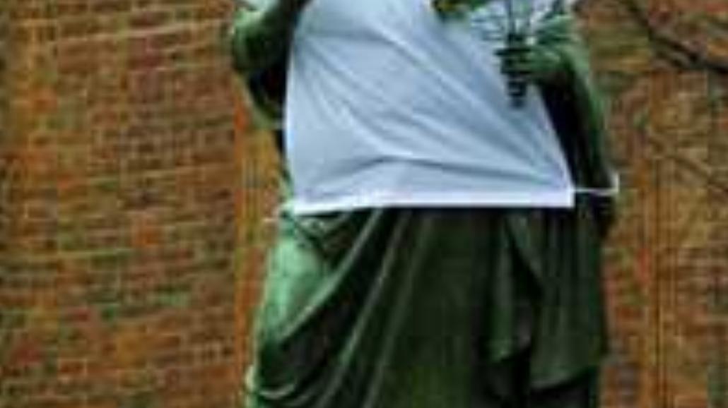 Posągowi kibice Biało-Czerwonych