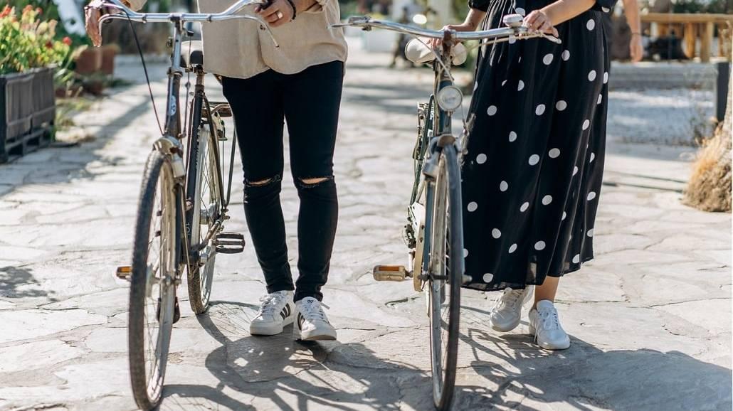 dwie osoby z rowerami