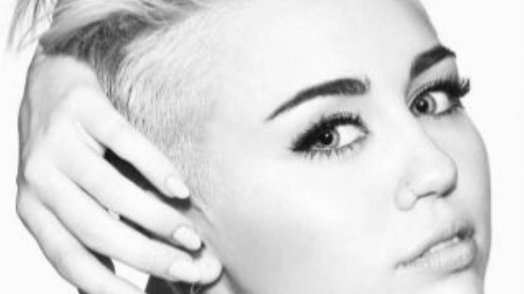 Miley Cyrus zaśpiewała przed swoim domem [WIDEO]