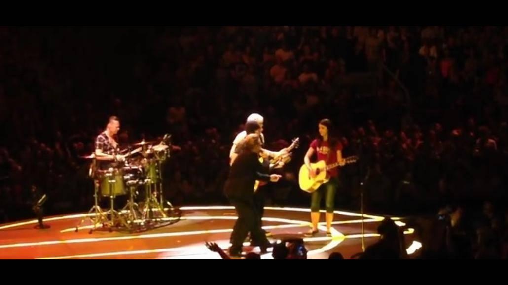 Muzycy U2 zrobili coś niesamowitego! Zaprosili na scenę fankę i... [WIDEO]