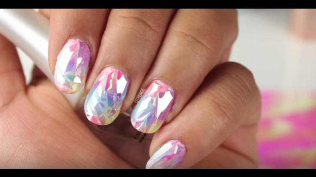 Szklane paznokcie - hit lata! Zobacz, jak wykonać taki manicure [WIDEO]