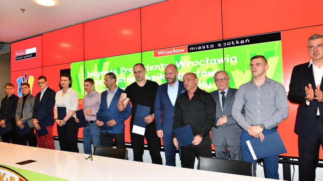 Prezydent Jacek Sutryk nagrodził sportowcÃłw i trenerÃłw