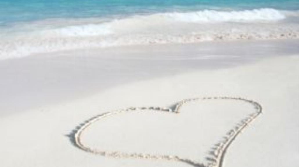 Romantyczna podróż i namiętność na plaży