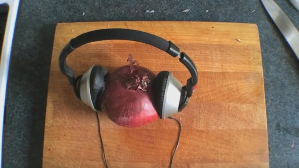7 sposobów na obranie i pokrojenie cebuli. Będziesz płakać ze śmiechu [WIDEO]