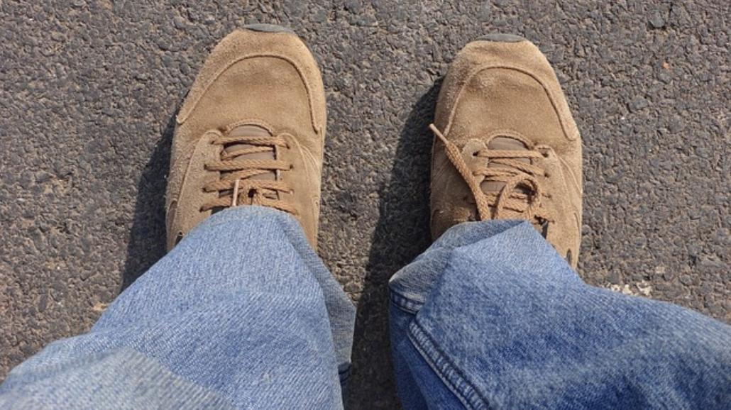 Plama z tłuszczu na zamszowych butach? Zobacz jak uprać!