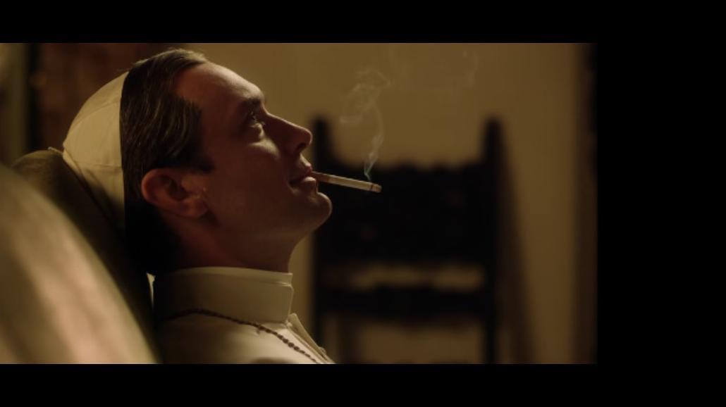 Jude Law jako młody papież w serialu wybitnego reżysera [WIDEO]