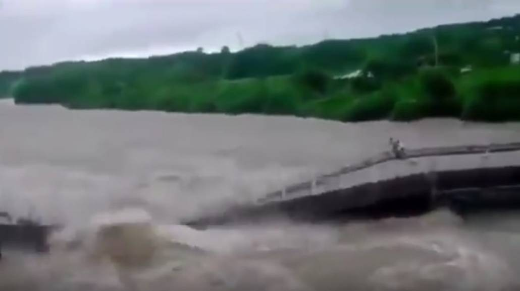 PowÃłdź na Kubie. Dwoje ludzie cudem uciekÅ'o przez zawaljÄ…cym siÄ™ mostem! [WIDEO]